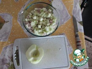 Яблоко очистить от кожуры и сердцевины. Нарезать кубиками и выложить на курицу. Майонез.