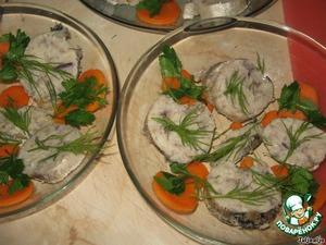 В стеклянные глубокие тарелки выкладываем рыбку, зелень и морковь.    Заливаем бульоном.