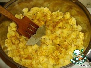 В большую кастрюлю на дно наливаем масло, выкладываем порезанную кубиками картошку. Добавляем лавровый лист, перец, кориандр, корень петрушки и карри. Перемешиваем и тушим под крышкой, периодически помешивая минут 5-10.