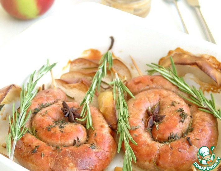 Рецепт: Свиные колбаски запеченные с яблоком, розмарином и тимьяном