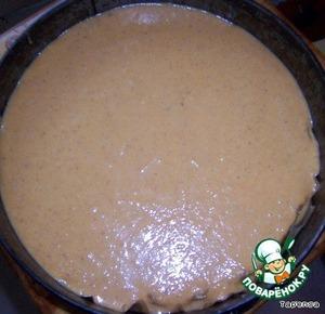 Равномерно распределяем начинку поверх коржа и выпекаем 35 минут.
