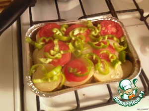Когда картофель подойдет к готовности снять с формы фольгу и на картошку выложить овощи.