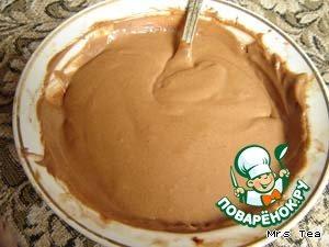 Приготовить крем.   Растереть в миске мягкое сливочное масло с какао, небольшими частями добавляя вареную сгущенку, вымешать гладкий, однородный крем.