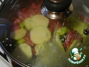 Мелко порезать  зелень, добавить остальные специи, соль, сметану, встряхнуть (ой). Готовить на среднем огне минут 30 - пока впитается вся сметана, а кабачки станут мягкими.