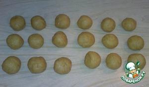 Остуженное тесто вынимаем, разрезаем на нужное количество частей и формируем шарики (размером как хочется, у меня были как грецкие орешки, может чуть меньше). Скатывать каждый шарик приходиться довольно долго, т.к. тесто, как песочное, несколько расслаивается.
