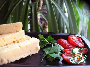 Cut the cheese in thick bars – 2 on each fillet. Parsley disassembled into leaves – 2 for each fillet.