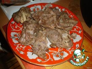 Как только картофель и мясо станут достаточно мягкими,достаем все мясо на блюдо.