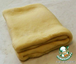 Раскатать тесто и сложить вчетверо, затем повторить эту процедуру ещё раз.   Поставить в холодильник минут на 40, чтобы тесто окрепло.
