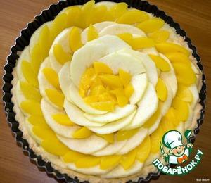 Яблоки очистить от кожуры, нарезать тонкими ломтиками    Персики нарезать ломтиками    Разложите на корже ломтики яблок и персиков