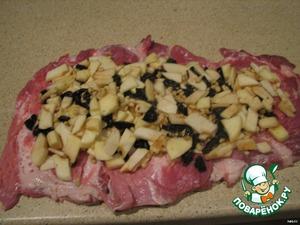 Свинину нарезать вдоль куска (как бы раскручивая рулет), развернуть, отбить, посолить и выложить подготовленную начинку.