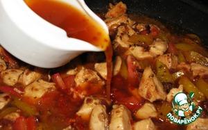 Вливаем кисло-сладкий соус, слегка разбавленный водой (не разбавленный для меня слишком острый)   Накрываем крышкой и тушим на медленном огне около 15 минут.