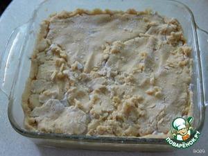 Выложить вторую часть крема и сверху остальное тесто. Края защипать.   Духовку разогреть до 180 С. И поставить форму в духовку. Печь около 25 минут.