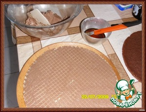 Syrup.  Bring to boil sugar water. Add the liqueur.  To impregnate with a syrup prepared with sponge biscuits. To do separate pictures did not, I should add that syrup added chocolate essence. The first layer is a wafer cake-cream-