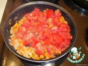 Добавляем порезаные помидоры и жарим еще 3 мин.