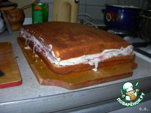 Cover with a second cake layer and refrigerate for an hour.
