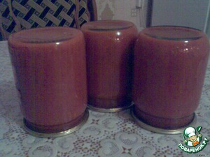 Рвскладываем в стерелизованные банки. Закатать. У меня получилось 7 полулитровых баночек. Может получиться больше или меньше, в зависимости сколько водички вы сольёте из помидориков.