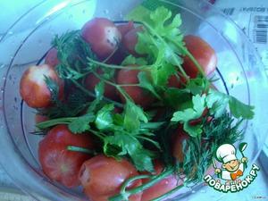 На арбуз выложить слой помидор и зелень.