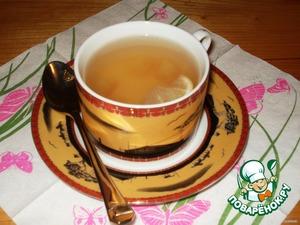 В чашки положить несколько кубиков вареных яблок, ломтик лимона и залить настоявшимся чаем. Сахар добавляем по вкусу, но лучше с медом.