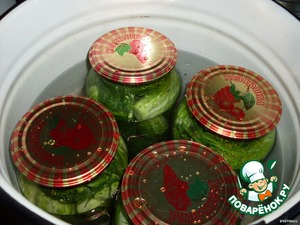 Place the cans in a bowl of water to sterilize and sterilize, while the cucumbers do not become olive, about 10 minutes.