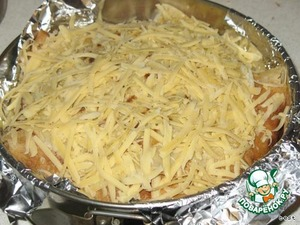 Когда закончите, закрыть свесившимися краями блинов наш торт и посыпать сверху тертым сыром.   Запечь в разогретой до 180 С духовке до зарумянивания сыра.