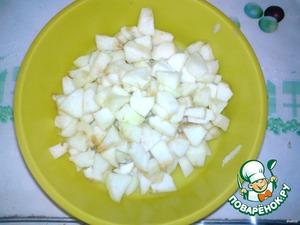 Яблоки моем, чистим от семян и кожуры (кто любит с кожурой, можно оставить), режем на кубики