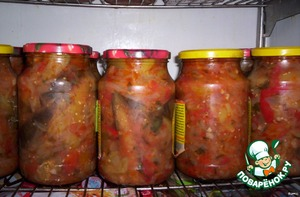 - for the preparation of canned you will need: tomatoes-3 kg., onion-2 kg eggplant-2 kg pepper-2 kg,sunflower oil -3стакана,garlic-200g.,sugar-2st.l,Sol-2.l,hot pepper - 2pcs.,green 2пучка  - dry banks to lay out a snack (hot pepper to the banks not to put),close the lid,