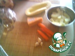 Кабачок почистить, порезать полукольцами толщиной 3-5мм.   Морковь и сыр натереть на крупной терке.   Чеснок мелко нарубить.