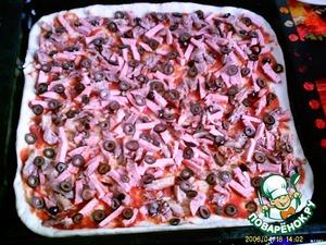 Колбасу и мясо разрезать на брусочки, смешать и выложить на тесто сверху томата.