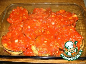 Залить баклажаны соусом.