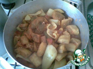 Add the pepper and after 5 minutes pour in the vinegar. And boil for another 5 minutes. Try to taste the sauce. You will like it :)