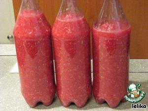 Расфасовываю по пластиковым бутылкам и храню в холодильнике.   У кого есть возможность хранить в овощной яме, нужно просто разложить по стерилизованным банкам и закатать.   Приятного аппетита!