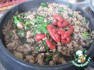 Добавим томат, петрушку, соль, перец, пряности и потушим еще 3-5 мин., хорошо перемешивая.