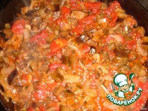 В баклажаны добавить очищенные от шкурки и измельченные консервированные помидоры, приправить базиликом.