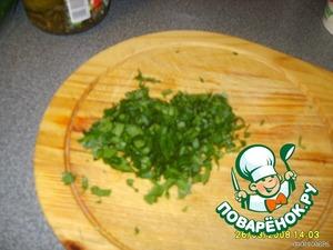 Мелко нарезаем зелень.