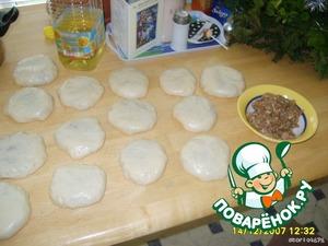 Делаю дрожжевое тесто, затем во внутрь заворачиваю фарш (свинина, специи, лук и немного чеснока, немного воды) и даю постоять мин 15.