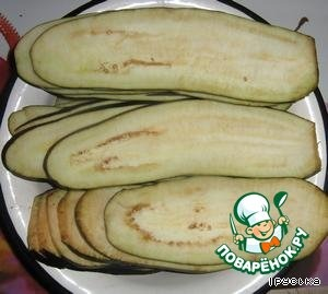 Cut eggplant into round slices along with the thickness of 3-5 mm.  Season with salt and leave for 30 minutes, then rinse in cold water.