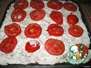 Decorate with tomatoes. But you can pickles, fresh sweet peppers to your taste. And bake in the oven until then, until the casserole begins to retreat from the walls of the mold, it will happen fairly quickly.