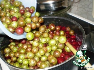 In the finished syrup to lower, in advance, washed, cleaned from the stems of the gooseberry.