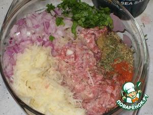 В фарш добавляем 1 мелко порезанную луковицу (желательно синюю), 1 ч. л. горчицы, соевый соус, 3 выдавленных зубчика чеснока, немного рубленой зелени петрушки, прованские травы (или какие есть), паприку, смесь перцев, соль и натертую на мелкой терке сырую картофелину.   Все хорошо перемешиваем и даем фаршу постоять 30-40 минут.