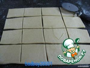 Тесто раскатать толщиной 3-4 мм и разрезать на квадраты