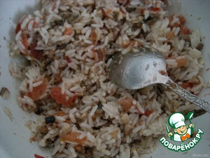 Prepare the stuffing: boil rice, add the chopped garlic, mashed sprats, sliced tomato, mix well.
