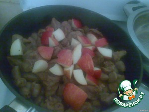 2.Fry in a pan with a thick bottom, liver and heart,about 10 minutes.Then add apples(cut into cubes not large), honey,mint and cardamom and simmer on low heat for another 7 minutes.