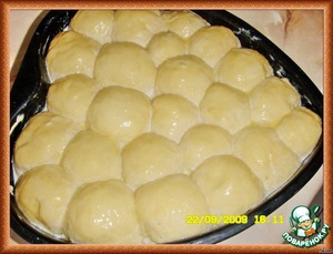 Give another 10 minutes to come. Heat the oven to 180 degrees. Mix the yolk with 2 tbsp milk and brush the buns.
