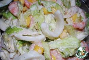 Squid boil (boil 3 minutes), cut into strips. Finely chop the cucumbers.  Mix all the ingredients:  shrimp + squid + cucumber + corn + mayonnaise + lettuce (you can Keith. cabbage).