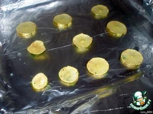 Противень застелить фольгой таким образом, чтобы края фольги немного свешивались с краев. Смазать маслом. Лайм порезать на дольки и разложить по противню.