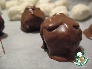 Растопить в микро шоколад. Полностью окунать шарики в шоколад (наколоть их на зубочистку и окунуть). Дать излишкам шоколада немного стечь и положить пироженки опять на бумагу. Я попробовала как молочный шоколад