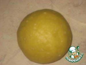 В муку добавьте желтки и размягченное сливочное масло, вымесите до однородного состояния и скатайте в шар.