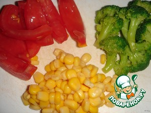 """First you need to prepare the stuffing. As you know, for competition """"Vegetable stoplight"""" we need 3 colors: red, yellow, green.  Red tomato cut into strips, remove seeds; yellow sweet corn in the preparation is not needed; green broccoli cook in boiling salted water for a few minutes."""