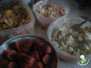 Meanwhile, prepare the fillings. I had 4:  1. Sausage with ketchup;  2. Salad with crab sticks, eggs, corn;  3. Salad mushrooms, chicken, carrots in Korean, cheese;  4. Salad processed cheese, eggs, garlic.