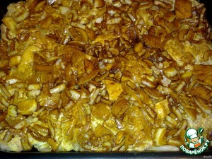On a baking sheet (or form - it all depends on the amount of) meat, then marinated onion